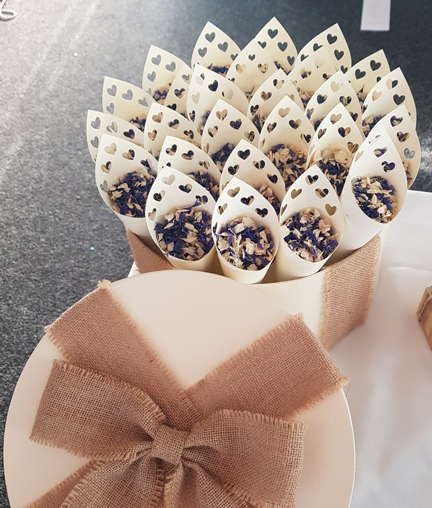 26 BEAUTIFUL HEART WEDDING CONES IN A CREAM HAT BOX